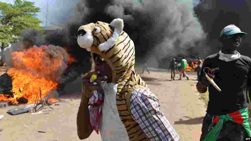 Masu Zanga-Zanga Sun Kona Majalisar Burkina Faso, 30 ga Oktoba, 2014.