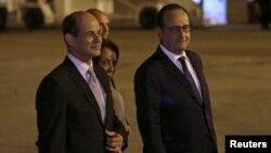10일 쿠바 아바나의 호세 마르티 공항에 도착한 프랑수아 올랑드 프랑스 대통령(오른쪽)이 로젤리오 시에라 쿠바 외교부 차관의 영접을 받았다.