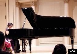 张安妮在卡内基音乐厅演奏肖邦的练习曲作品10第5号(姚诚拍摄)