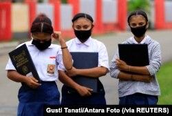 Para pelajar mengenakan masker untuk mencegah penularan virus corona di Jayapura, Papua, 13 Juli 2020. (Foto: Gusti Tanati/Antara Foto via Reuters)
