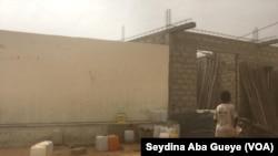 A Dakar, l'un des deux seuls robinets que compte le quartier Warouwaye, le 27 janvier 2020. (VOA/Seydina Aba Gueye)