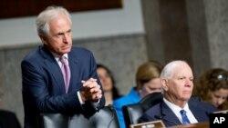 El senador republicano Bob Corker, a la izquierda y el senador demócrata Ben Cardin, son los miembros de más alto rango en la Comisión de Relaciones Exteriores del Senado. Foto de archivo. July 23, 2015.