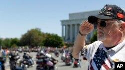 Washington'da savaşlarda ölen Amerikan askerlerini anma gününde saygı duruşunda bulunan bir eski muharip