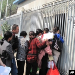 中国中央电视台接待站前排队递材料的访民,他们有些人就是强拆受害人