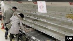 Dân chúng mua thực phẩm từ một kệ hàng trống rỗng ở Tokyo, ngày 15/3/2011