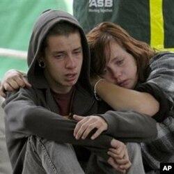 Kent Manning, 15 ans, et sa soeur Libby Manning, 18 ans, attendent des nouvelles de leur mère ensevelie sous les ruines d'un immeuble de Christchurch