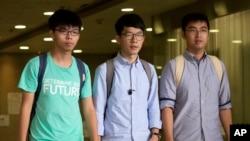"Tiga aktivis mahasiswa Hong Kong dijatuhi bukuman atas peran mereka dalam ""Revolusi Payung"" pro-demokrasi 2014. Dari kiri: Joshua Wong, Nathan Law dan Alex Chow berjalan keluar dari pengadilan di Hong Kong (15/8)."