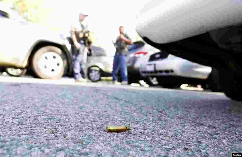Selongsong peluru di loksi penembakan di San Bernardino, California (2/12). (Reuters/Mario Anzuoni)