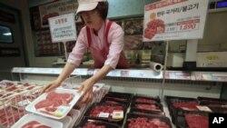 Seorang karyawan toko 'Lotte Mart' di Seoul menata ulang rak penjualan daging sapi domestik (25/4). Dua pedagang besar Korsel, termasuk Lotte Mart menghentikan penjualan daging dari AS sebagai reaksi atas isu penyakit sapi gila di California.