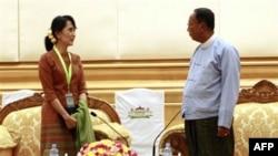 Lãnh tụ đấu tranh cho dân chủ Miến Điện Aung San Suu Kyi gặp Chủ tịch Thượng viện Miến Điện Khin Aung Myint tại trụ sở quốc hội ở Naypyitaw hôm 23/12/11
