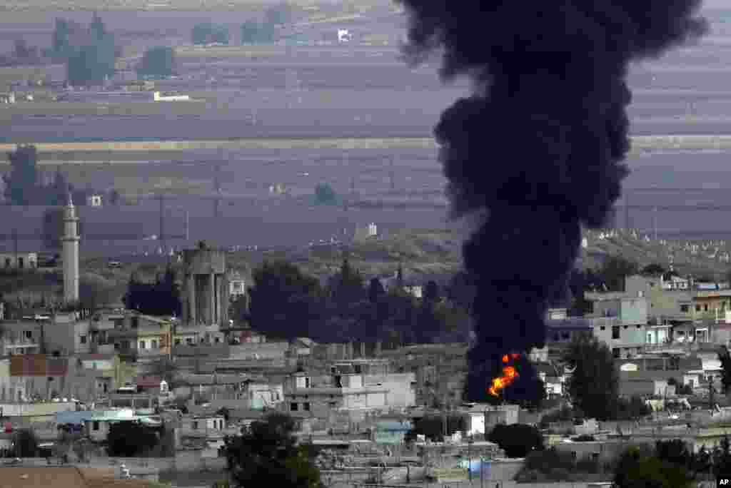 تنش در منطقه شمالی سوریه ادامه دارد و در این عکس دود غلیظی از شهررأس العين دیده میشود.آمریکا خواستار توقف عملیات نظامی ترکیه در شمال سوریه است.