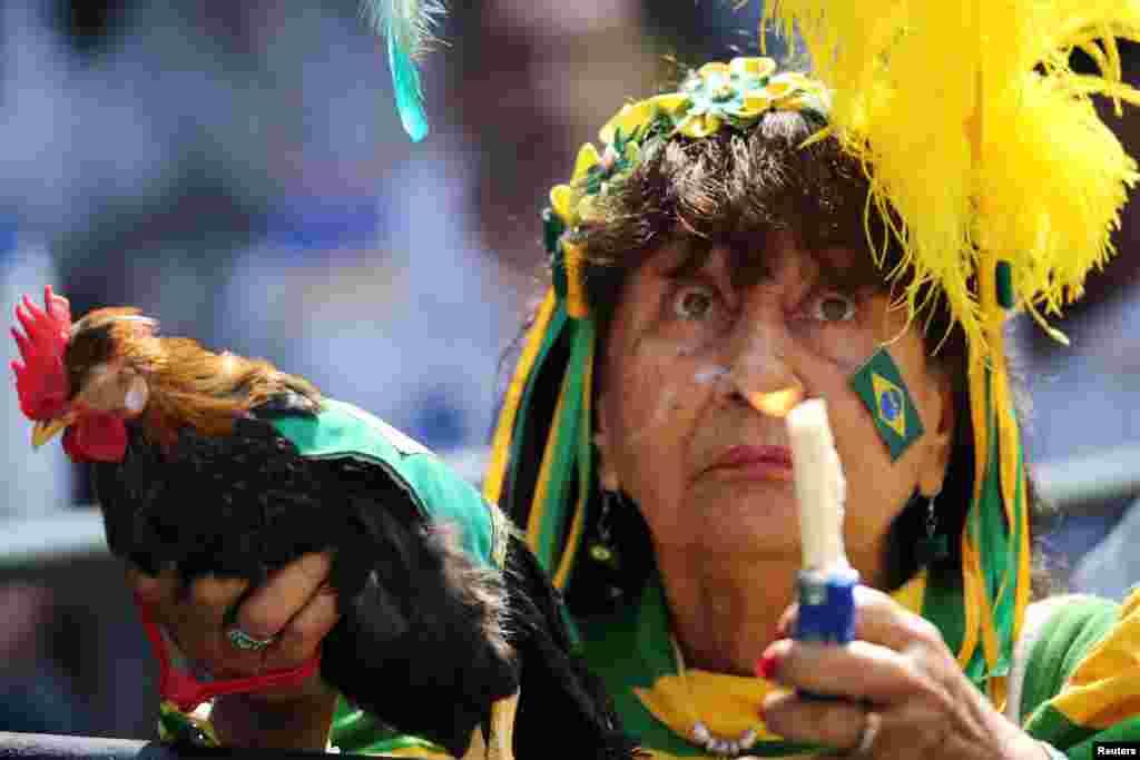 អ្នកគាំទ្របញ្ចេញប្រតិកម្មនៅពេលមើលការផ្សាយផ្ទាល់នៃការប្រកួតបាល់ទាត់ World Cup ២០១៨ រវាងក្រុមប្រេស៊ីល និងម៉ិកស៊ិក នៅក្នុងក្រុង Rio de Janeiro ប្រទេសប្រេស៊ីល។