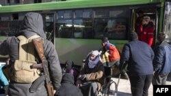 Warga Aleppo, Suriah berkumpul untuk dievakuasi dari wilayah yang dikuasai pemberontak di Aleppo, yang berarti pasukan Suriah akan menguasai sepenuhnya kota ini, Kamis (15/12).