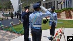 جنرل نارٹن شوارٹز نے شہدا کی یادگار پر پھولوں کی چارد چڑھائی