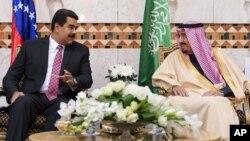 El príncipe saudi, Salman bin Abdul Aziz Al Saud, conversa con el presidente venezolano, Nicolás Maduro, en Riad, Arabia Saudita.