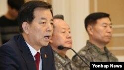 한국의 한민구 국방장관이 11일 국회에서 열린 긴급 안보 대책 당정협의에서 북한의 잠수함 발사 탄도미사일(SLBM) 개발 등 안보현안에 대해 보고하고 있다. 왼쪽 부터 한 장관, 최윤희 합참의장, 조보근 합참정보본부장.