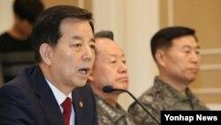 한국의 한민구 국방장관이 지난 달 11일 국회에서 열린 긴급 안보 대책 당정협의에서 북한의 잠수함 발사 탄도미사일(SLBM) 개발 등 안보현안에 대해 보고하고 있다.