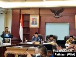 Menteri Agama Fachrul Razi (tengah) dalam jumpa pers di kantornya, Rabu, 4 Maret 2020. (Foto: VOA/Fathiyah)
