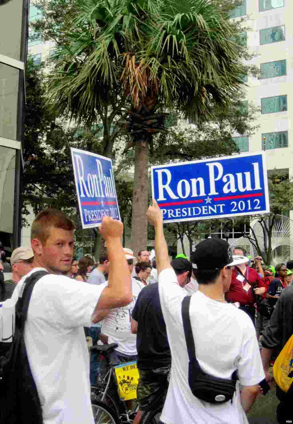 佛罗里达州坦帕市美国共和党全国代表大会现场外面抗议游行。(8月27日2012年)