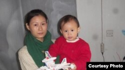 王藏妻子王丽和女儿 (推特图片)
