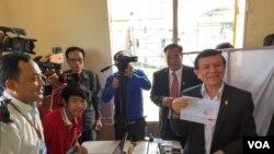 Kem Sokha, vice president of opposition CNRP shows his voter registration slip in a voter registration office in Phnom Penh's Mean Chey on Wednesday, October 05, 2016. ( Kann Vicheika/VOA Khmer)