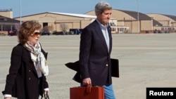 2013年4月6日美国国务卿克里和他的妻子特雷莎.海因兹.克里在马里兰州安德鲁空军基地的照片。