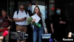 روسی صحافی سویٹلینا مقدمے کی سماعت کے بعد عدالت سے باہر آ رہی ہیں۔ عدالت نے انہیں پانچ ہزار روبل جرمانہ کیا ہے۔ 6 جولائی 2020