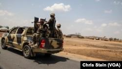 Soldats nigérians sur une route du nord de l'État d'Adamawa, au Nigeria, le 26 mars 2016.
