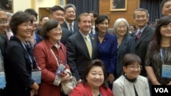 众议员罗伊斯、众议员赵美心与世界台湾商会成员合影(美国之音 钟辰芳拍摄)