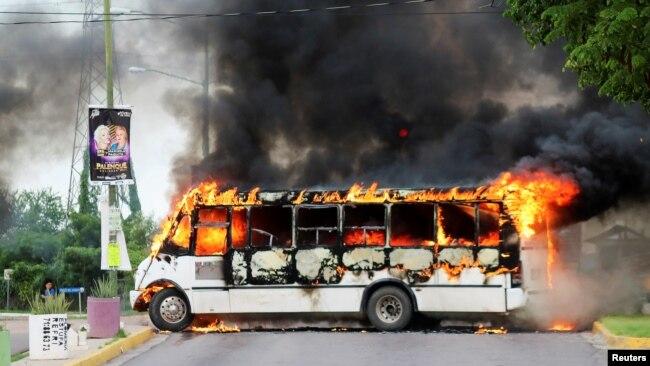 Un autobús incendiado por pistoleros del cártel para bloquear una carretera, estado de Sinaloa, México, 17 de octubre de 2019. REUTERS
