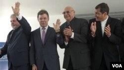 De izquierda a derecha, durante la cumbre, los presidentes Luis Ignacio Lula da Silva (Brasil), Juan Manuel Santos (Colombia), Fernando Lugo (Paraguay), y Rafael Correa (Ecuador).