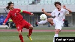 일본 오사카 얀마 스타디움에서 4일 열린 2016 리우올림픽 여자축구 아시아지역 최종예선 북한-베트남 경기에서 북한의 이종심(오른쪽) 선수가 슛을 시도하고 있다.