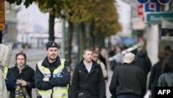 Các vụ bắt giữ được loan báo sau khi hàng trăm người được di tản ra khỏi tòa cao ốc Roda Sten