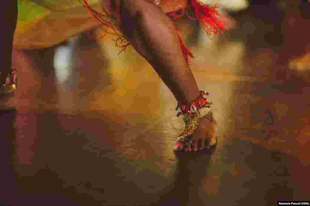 La jambe d'une des danseuses de la compagnie de danse d'Assane Konte, KanKouran West African Danse Company sur scène, à Washington D.C., le 5 juin 2017. (VOA/Nastasia Peteuil)