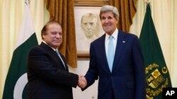 파키스탄을 방문 중인 존 케리 미국 국무장관(오른쪽)이 1일 나와즈 샤리프 총리와 회담했다.