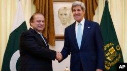 美國國務卿克里 (右)會見巴基斯坦總理謝里夫(左)
