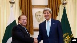 ລັດຖະມົນຕີການຕ່າງປະເທດ ສຫລ ທ່ານ John Kerry (ຂວາ) ຈັບມືກັບນາຍົກລັດຖະມົນຕີປາກິສຖານ ທ່ານ Nawaz Sharif ທີ່ນະຄອນຫຼວງອິສລາມາບັດ (1 ສິງຫາ 2013)