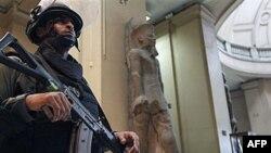 Một thành viên của lực lượng đặc biệt Ai Cập canh gác tại tầng chính của Viện Bảo tàng cổ vật Ai Cập ở Cairo
