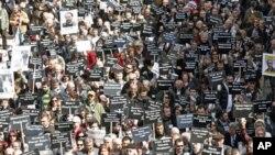 ນັກຂ່າວແລະນັກເຄື່ອນໄຫວພາກັນເດີນຂະບວນປະທ້ວງ ຮຽກຮ້ອງເອົາເສລີພາບດ້ານການຂ່າວ ກາງນະຄອນຫລວງ Ankara ຂອງປະເທດ Turkey, ເມື່ອວັນທີ 19 ມີນາ 2011. (file photo)