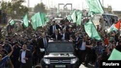 Ông Khaled Meshaal (trái) đi trên xe cùng với các thủ lãnh Hamas khác khi ông đến miền nam Dải Gaza 7/12/12