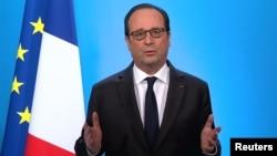 លោក Francois Hollande ប្រធានាធិបតីបារាំងថ្លែងសុន្ទរកថាតាមទូរទស្សន៍មួយពីវិមាន Elysee Palace ក្រុងប៉ារីស ប្រទេសបារាំង កាលពីថ្ងៃទី១ ខែធ្នូ ឆ្នាំ២០១៦។
