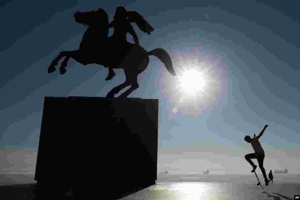Yunanistan'ın Selanik kentinde bir kay kay yapan çocuk, Büyük İskender heykeli yanında böyle görüntülenmiş.