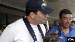 Javier Figueroa llegó a Costa Rica, proveniente de Austria, y se dirige a su país Guatemala en donde es acusado de homicidio.