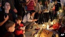مراسم افروختن شمع به یاد قربانیان حملات در پاریس