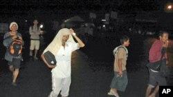 'Yan Indonesiya su na gudu daga garinsu zuwa tudu a yammacin tsibirin Sumatra, bayan da aka ji mummunar girgizar kasa daren litinin 25 Oktoba, 2010.