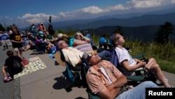 星期一全美數百萬人觀看了罕見的日全蝕