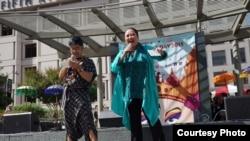 Paul Amron (kiri) dan Ira Maya Sopha memandu acara Indo Day di San Francisco, 29 Agustus 2015 (Foto: Paul Amron)