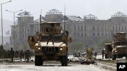 اکتوبر29، امریکی فوجی خودکش کار بم کی جگہ کا معائنہ کررہے ہیں۔