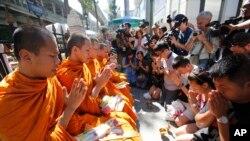 Prières sur le site de l'attentat à Bangkok, en Thaïlande (AP Photo/Sakchai Lalit)