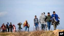 پناه غوښتونکو ویلي چې له خطرناکو لارو څخه تر تېرېدو وروسته، یونان ته په رسېدو د چارواکو لخوا بېرته شړل کېږي.